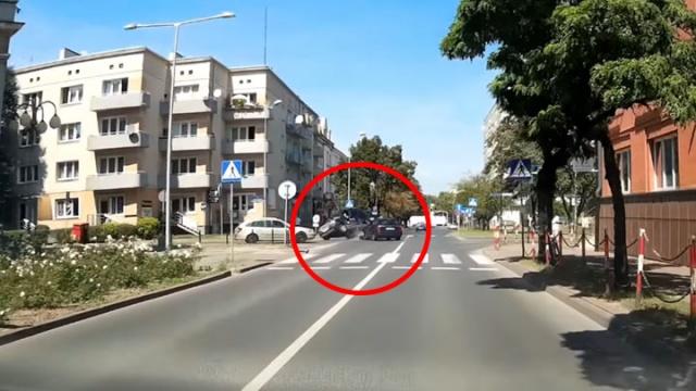 Spektakularny wypadek w Częstochowie. Auto wywróciło się na bok
