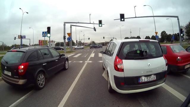 Stłuczka na środku skrzyżowania w Białymstoku