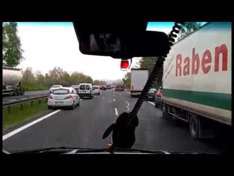 Przejazd karetki pogotowia przez korytarz ratunkowy na autostradzie A4