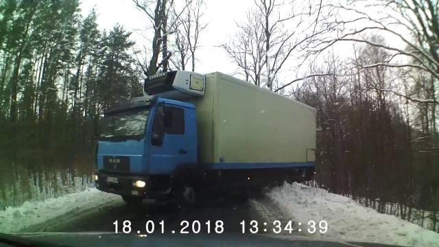 Poślizg ciężarówki na zakręcie