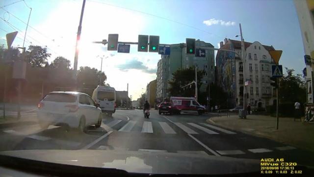Wrocław. Kolizja Mitsubishi z karetką