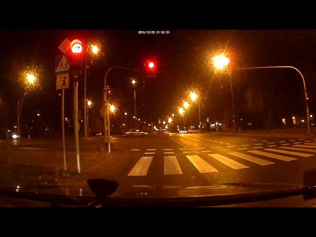 Taksówkarz niszczy blokadę drogową w Warszawie