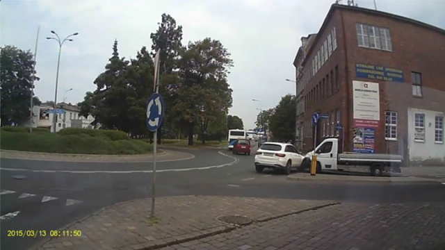 Kolizja na rondzie w Słupsku