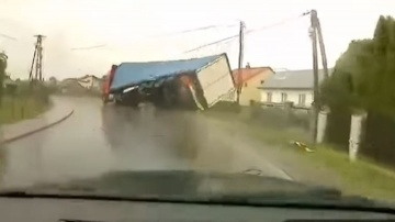 Poślizg ciężarówki w Lętowicach
