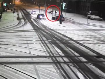 Zimowa kolizja z sygnalizatorem w Olsztynie