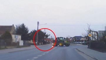 Ciągnik masakruje znak drogowy