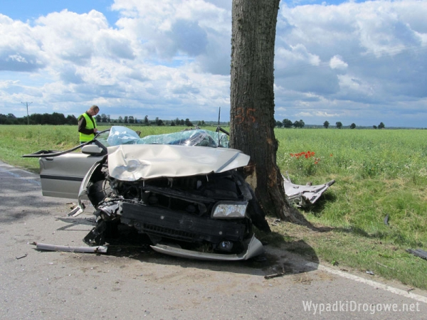 Straszny wypadek w Bartoszycach: Volvo zderzyło się z VW Transporterem i uderzył w drzewo