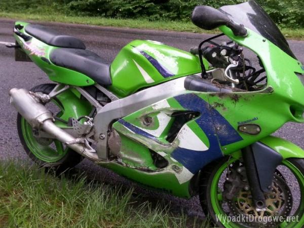 Wypadek z udziałem motocyklisty: dwie osoby i dziecko w szpitalu