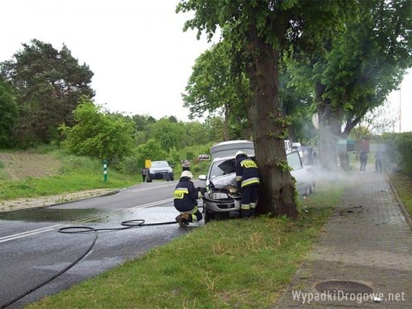 Opel z przyczepą uderzył w drzewo