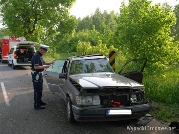 Mercedes bokiem uderzył w drzewo. Kierowca zmarł