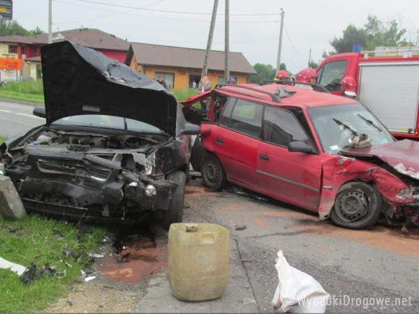 Dwie osoby ranne po zderzeniu trzech pojazdów