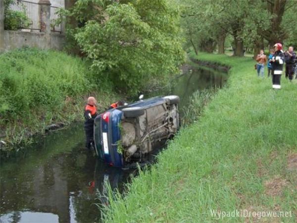 Pijany kierowca wjechał autem do rzeki. Miał ponad 3,5 promila alkoholu w organizmie