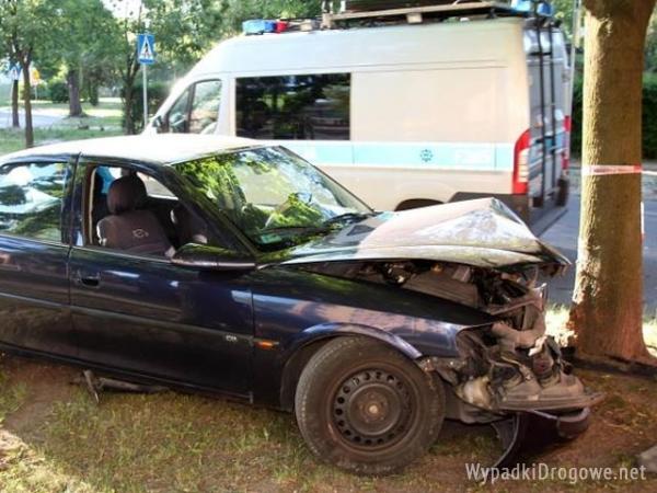 Opel staranowal drzewo w Lodzi