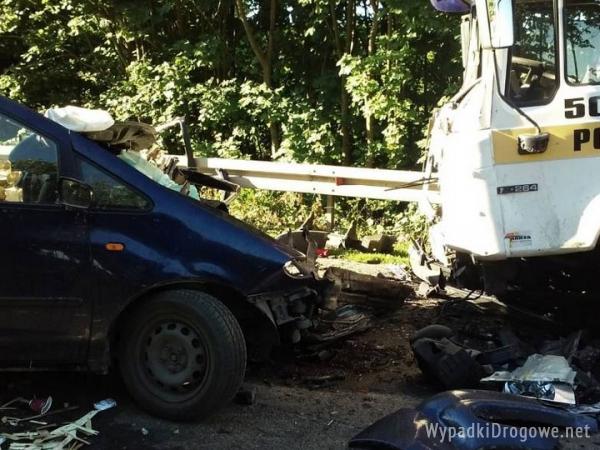 Śmiertelna czołówka: kierowca Seata wjechał wprost pod MAN-a